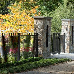 Foto di un giardino classico davanti casa