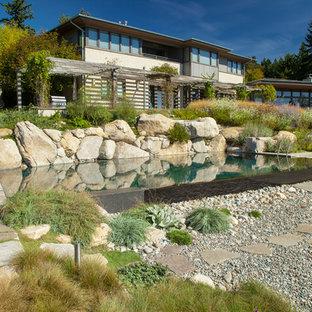 Свежая идея для дизайна: большой солнечный, летний садовый фонтан на заднем дворе в морском стиле с хорошей освещенностью и покрытием из каменной брусчатки - отличное фото интерьера