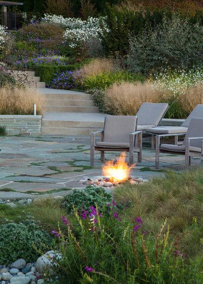 Beach Style Garden by Broadhurst + Associates