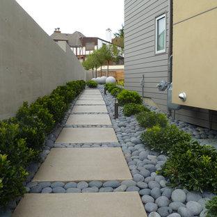 Moderner Garten neben dem Haus mit Flusssteinen in Seattle