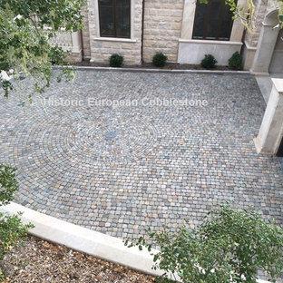 Пример оригинального дизайна: большой тенистый участок и сад на внутреннем дворе в классическом стиле с подъездной дорогой и покрытием из каменной брусчатки