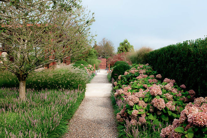 Traditional Landscape by LaGuardia Design