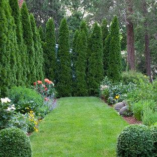 Immagine di un grande giardino formale tradizionale esposto a mezz'ombra dietro casa