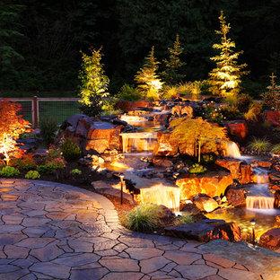 Idéer för att renovera en rustik bakgård vattenfall, med naturstensplattor