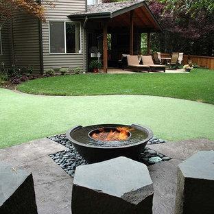 Klassischer Garten hinter dem Haus mit Feuerstelle in Seattle