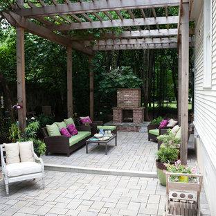Mittelgroßer, Halbschattiger Shabby-Look Garten im Sommer, hinter dem Haus mit Kamin und Betonplatten in Atlanta
