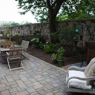 Mittelgroßer, Halbschattiger Shabby-Style Garten im Sommer, hinter dem Haus mit Kamin und Betonplatten in Atlanta
