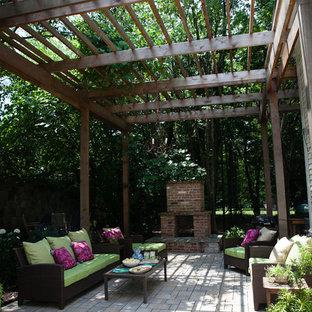Mittelgroßer, Halbschattiger Shabby-Chic-Style Garten im Sommer, hinter dem Haus mit Kamin und Betonplatten in Atlanta