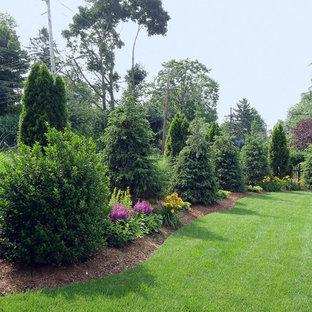Cette image montre un grand jardin à la française arrière victorien l'été avec une exposition ensoleillée.