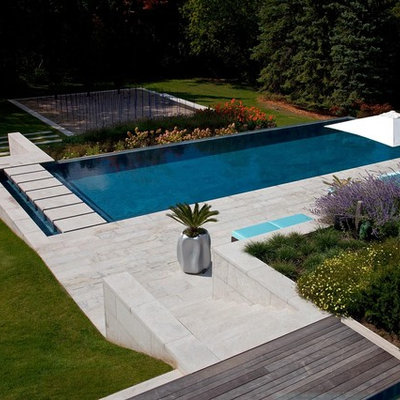 Design ideas for a contemporary retaining wall landscape in Toronto.