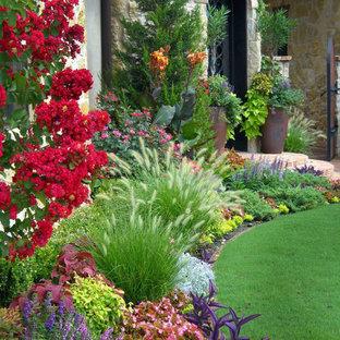 Foto de jardín tradicional, en verano, en patio delantero, con exposición total al sol