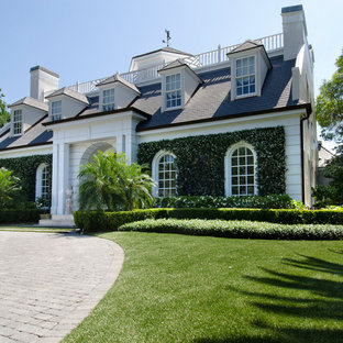 Inspiration for a traditional front yard landscaping in Tampa.