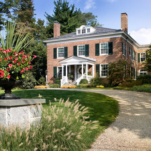 Design ideas for a traditional front yard gravel driveway in New York.
