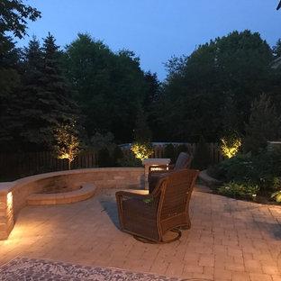 Halbschattiger Klassischer Garten hinter dem Haus mit Kamin und Betonplatten in Kolumbus
