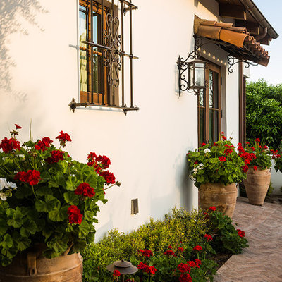 Inspiration for a mid-sized mediterranean drought-tolerant and partial sun backyard landscaping in Phoenix for spring.