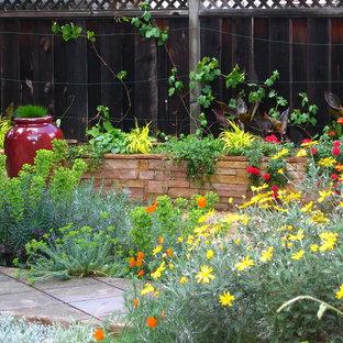 Foto på en funkis bakgård blomsterrabatt på sommaren