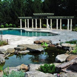 Стильный дизайн: большой солнечный, летний участок и сад на заднем дворе в классическом стиле с прудом, освещенностью и покрытием из каменной брусчатки - последний тренд
