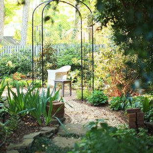 Exemple d'un jardin arrière romantique de taille moyenne et au printemps avec une exposition ombragée.