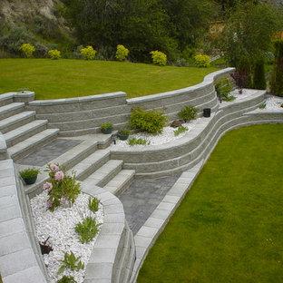 Großer Uriger Garten Mit Auffahrt, Gartenmauer Und Direkter  Sonneneinstrahlung In Vancouver