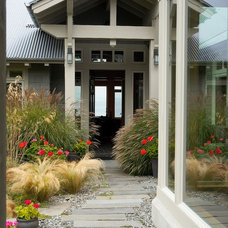 Contemporary Landscape by RGN Construction