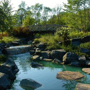 Exempel på en rustik trädgård, med en fontän