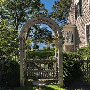 Foto di un giardino formale tradizionale nel cortile laterale con un ingresso o sentiero e pavimentazioni in pietra naturale