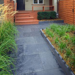 Idee per un piccolo giardino minimalista esposto a mezz'ombra davanti casa con un ingresso o sentiero e pavimentazioni in pietra naturale