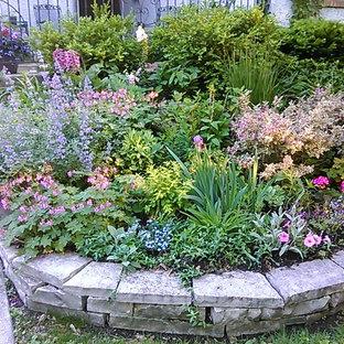 Immagine di un piccolo giardino formale tradizionale esposto a mezz'ombra davanti casa in estate con un ingresso o sentiero e pavimentazioni in pietra naturale