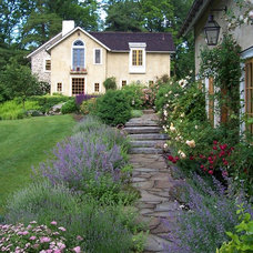 Farmhouse Landscape by Dear Garden Associates, Inc.
