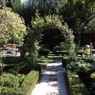 Immagine di un giardino mediterraneo esposto a mezz'ombra