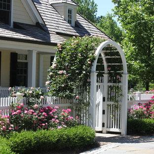 Foto di un grande giardino formale classico esposto in pieno sole dietro casa con un ingresso o sentiero e pavimentazioni in pietra naturale