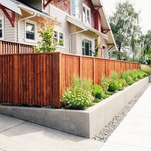 Ispirazione per un giardino american style davanti casa con pavimentazioni in cemento
