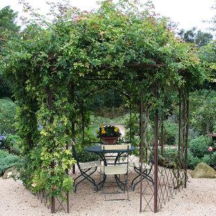 Пример оригинального дизайна: участок и сад в стиле шебби-шик с покрытием из гравия