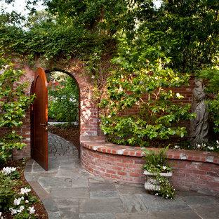 Diseño de jardín tradicional, en patio trasero, con adoquines de piedra natural