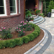 Traditional Landscape by Courtyard Stone & Landscape Inc.
