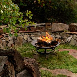 Kleiner, Halbschattiger Klassischer Garten hinter dem Haus mit Feuerstelle in Boise