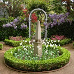 Klassischer Garten mit Blumenbeet in Santa Barbara