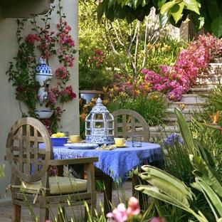 Пример оригинального дизайна: геометрический участок и сад в классическом стиле с садовой дорожкой или калиткой