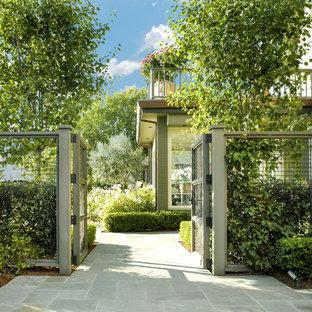 Foto di un grande giardino chic con un ingresso o sentiero e pavimentazioni in pietra naturale