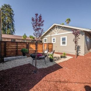 他の地域の中サイズの、夏のコンテンポラリースタイルのおしゃれな裏庭 (ゼリスケープ、半日向、マルチング舗装) の写真