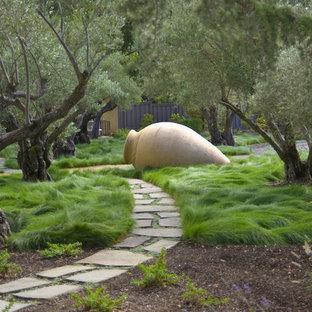 Foto di un giardino design dietro casa con pavimentazioni in pietra naturale
