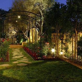 На фото: весенний, геометрический участок и сад среднего размера на боковом дворе в средиземноморском стиле с покрытием из каменной брусчатки, полуденной тенью и дорожками с