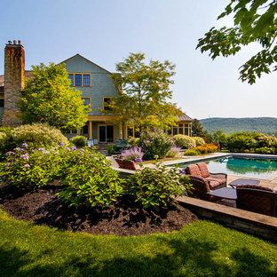 Geräumiger Landhausstil Garten hinter dem Haus, im Sommer mit direkter Sonneneinstrahlung und Natursteinplatten in Boston