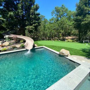 Источник вдохновения для домашнего уюта: летняя спортивная площадка среднего размера на заднем дворе в стиле кантри с водопадом, полуденной тенью и покрытием из каменной брусчатки