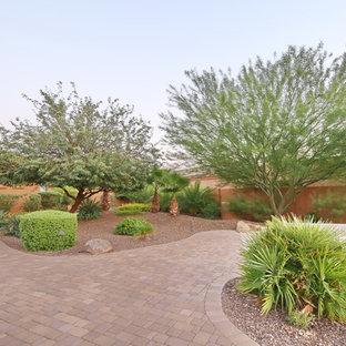 Imagen de jardín de secano, tradicional, grande, en patio trasero, con exposición parcial al sol y adoquines de hormigón