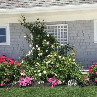 Cette photo montre un jardin latéral bord de mer de taille moyenne et l'été avec une exposition ensoleillée et un paillis.