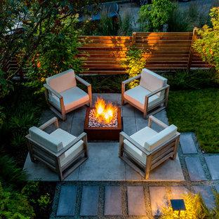 Kleiner, Halbschattiger Moderner Garten hinter dem Haus mit Feuerstelle und Betonplatten in Seattle