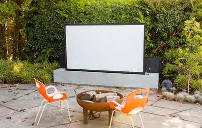 Pop-Up Projector Screen Makes for a Cool Outdoor Movie Experience