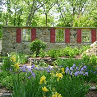 Ejemplo de jardín rural, en patio trasero, con exposición reducida al sol