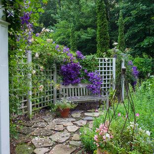 Ejemplo de camino de jardín francés, tradicional, de tamaño medio, en patio trasero, con exposición parcial al sol y adoquines de piedra natural